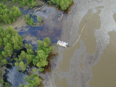 Image of an oil spill in the MS River.